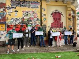 Mitglieder de L'Intesa Verde übergeben die Spenden