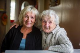 Porträt einer älteren Frau mit ihrer erwachsenen Tochter